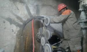 Abertura circular em parede do tanque de massa em indústria de papel