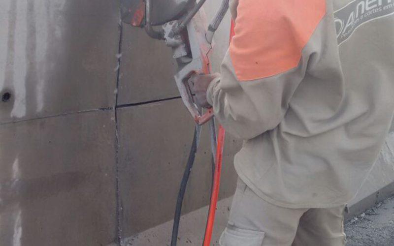 Corte com fio diamantado e serra diamantada em barreira rigida em rodovia