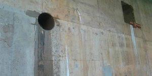 furo em parede de concreto na casa das baterias em usina hidrelétrica