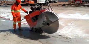 Corte em pavimento rígido em pista de aeroporto